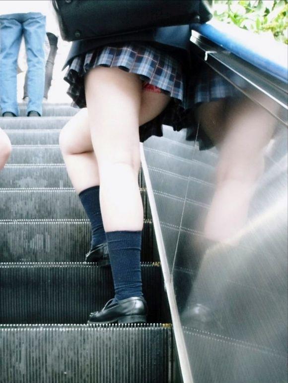女子校生のパンチラ街撮りエロ画像19