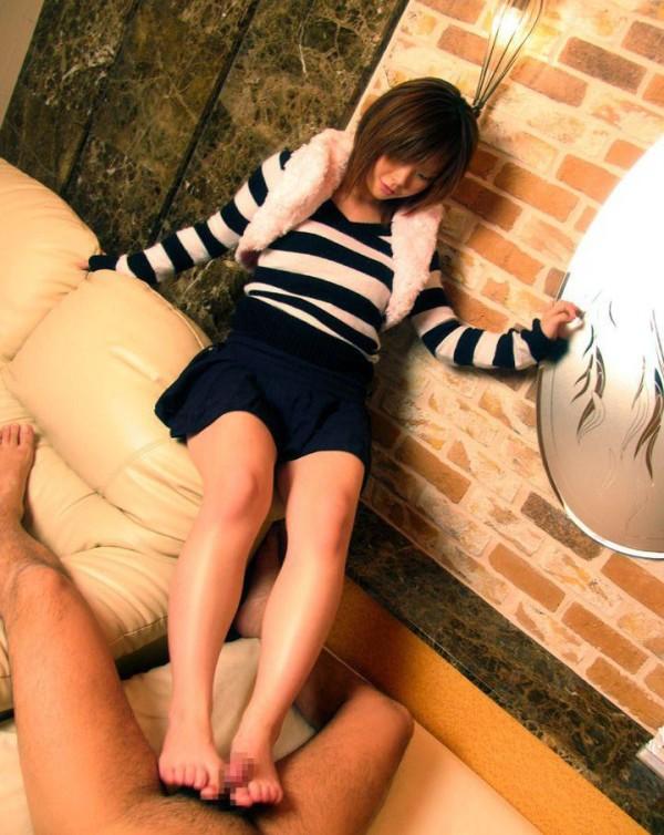 足でコキコイして欲しくなるエロ画像11