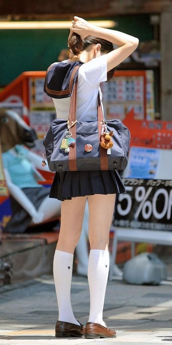 女子校生たちの街撮りエロ画像17