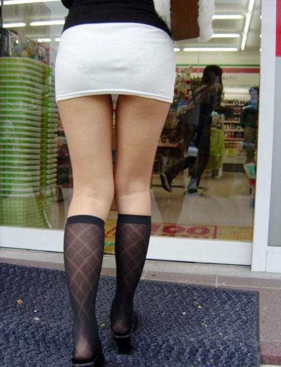 脚を見せつけているエロ画像01