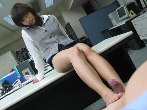 足でコキコイして欲しくなるエロ画像15