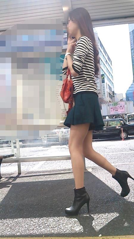 お姉さんの美脚エロ画像15