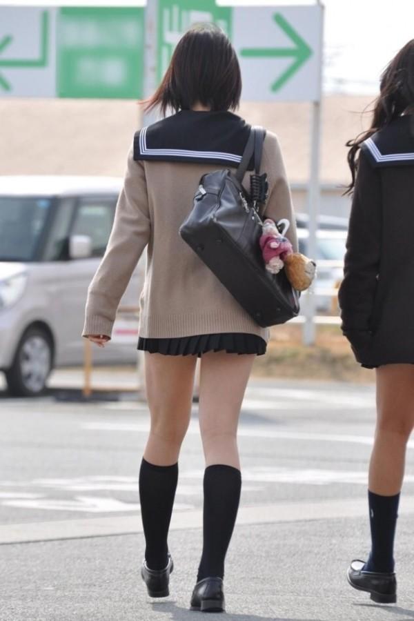 女子校生たちの街撮りエロ画像14