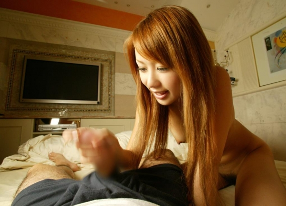シコシコしてる手コキ女子エロ画像12