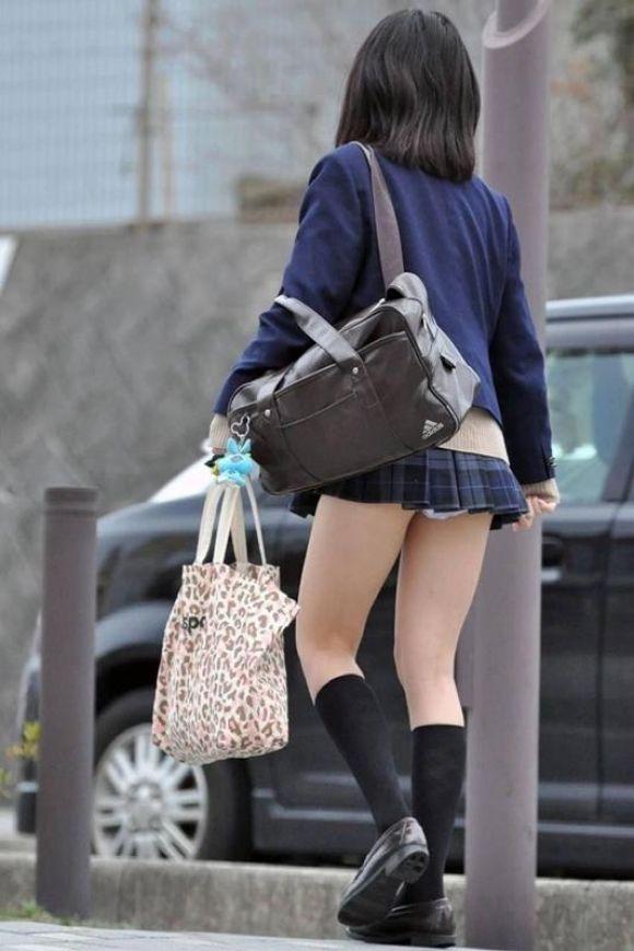 女子校生のパンチラ街撮りエロ画像16