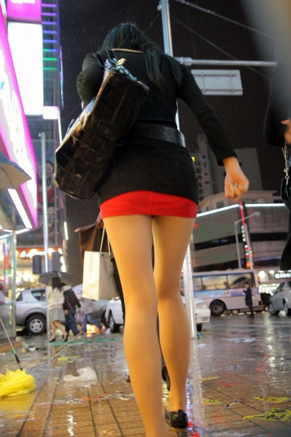 ミニスカを履いた綺麗な女性のエロ画像09