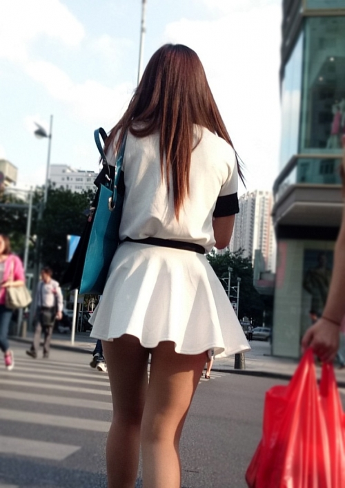 生脚のお姉さんがいる街撮りエロ画像09