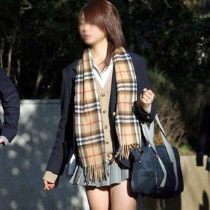 (街撮り10代小娘えろ写真)思わず秘密撮影したくなるキモチが分かる街中で見かけたセイフク10代小娘たち☆☆☆
