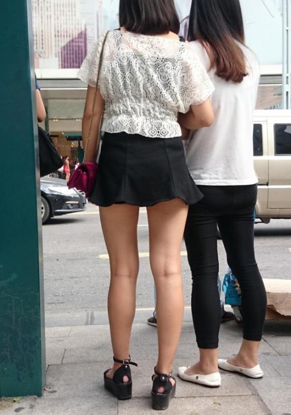 ミニスカを履いた綺麗な女性のエロ画像11