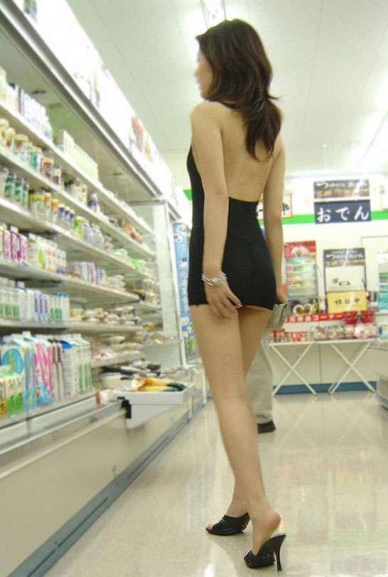 ミニスカを履いた綺麗な女性のエロ画像18