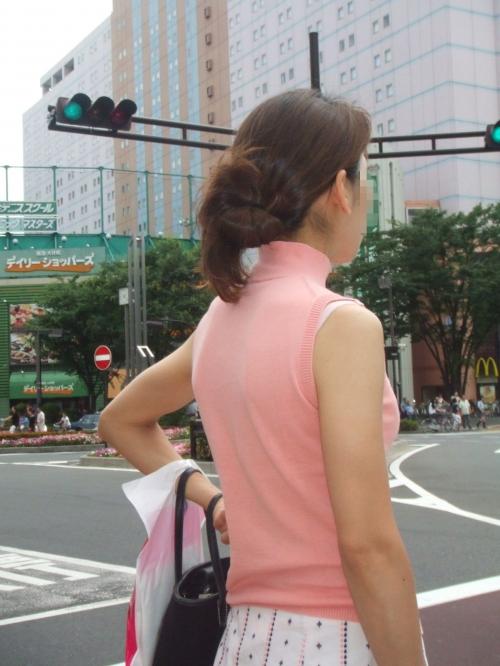 街中で素人女性のリアル透けブラ街撮りエロ画像18