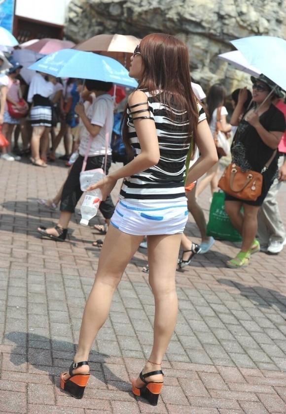 ミニスカを履いた綺麗な女性のエロ画像04