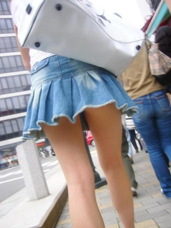 ミニスカを履いた綺麗な女性のエロ画像01