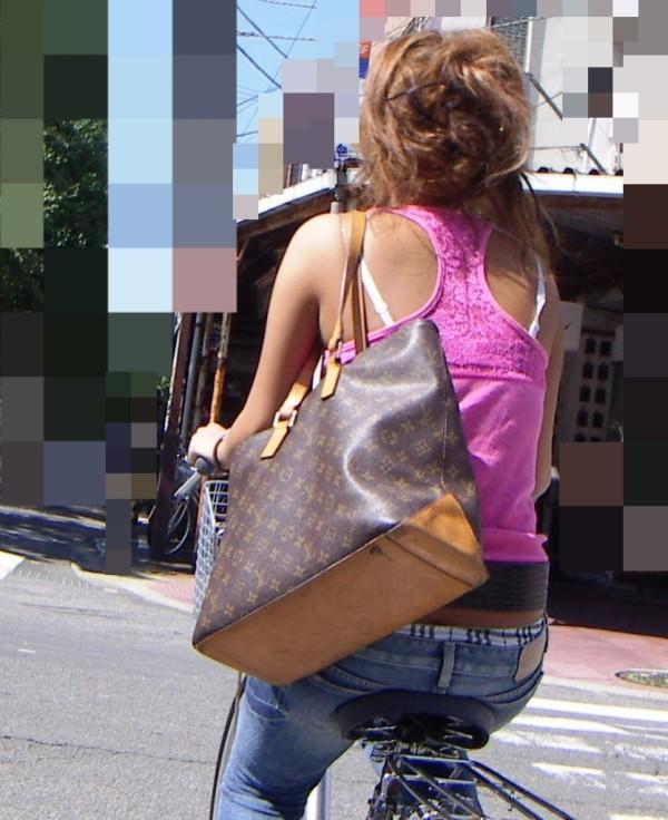 街中で素人女性のリアル透けブラ街撮りエロ画像01
