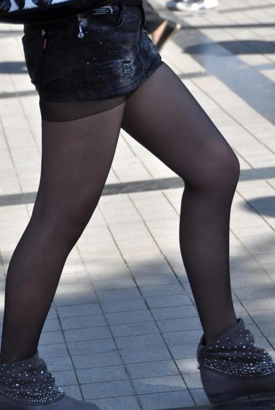 生脚のお姉さんがいる街撮りエロ画像01