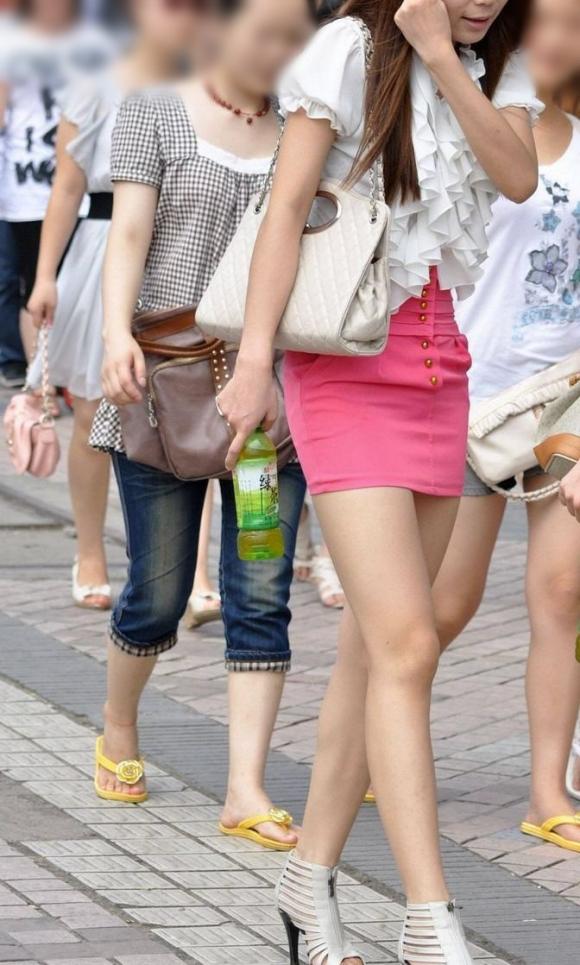 ミニスカを履いた綺麗な女性のエロ画像02