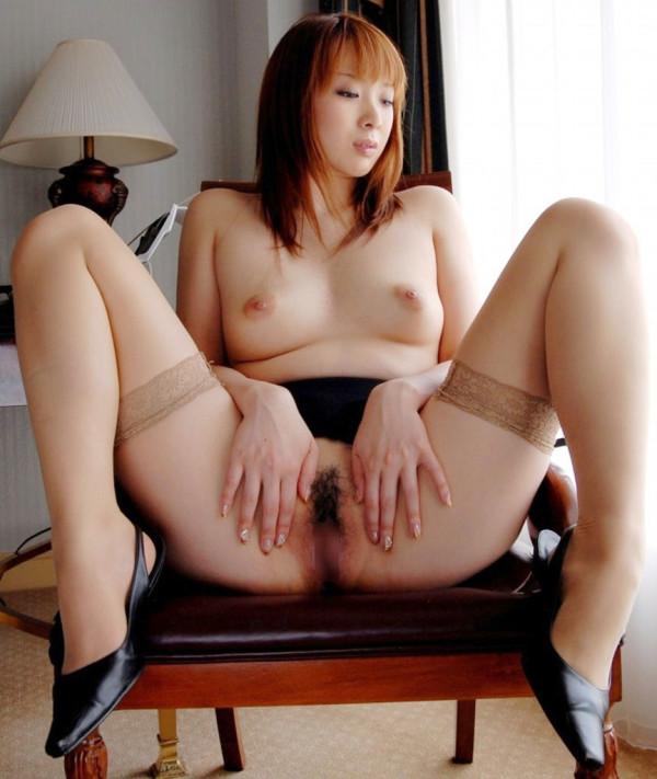 全裸の美女がM字しているエロ画像02