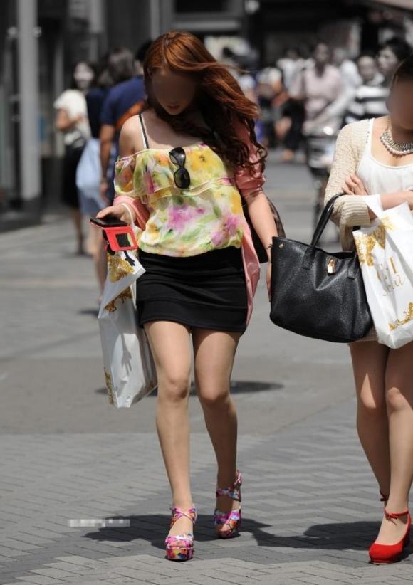 ミニスカを履いた綺麗な女性のエロ画像14