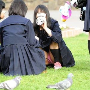 (10代小娘えろ写真)スカート丈短すぎでパンツ丸見えしまくってる10代小娘を秘密撮影した☆☆☆