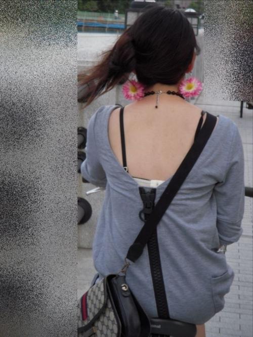 街中で素人女性のリアル透けブラ街撮りエロ画像12