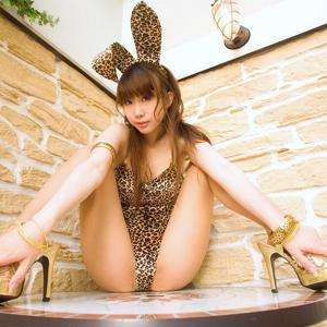 全裸の美女がM字しているエロ画像000