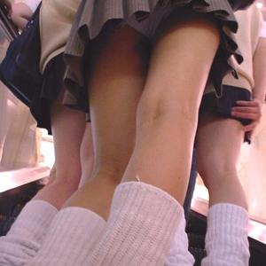 (JKパンツ丸見ええろ写真)ミニスカの10代小娘たちの絶対領域に存在するえろい太ももやパンツ丸見えが超最高☆☆☆