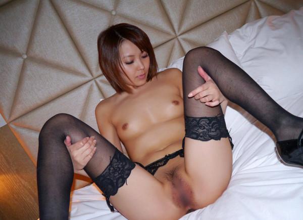 全裸の美女がM字しているエロ画像16