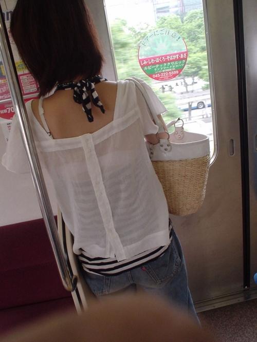 街中で素人女性のリアル透けブラ街撮りエロ画像16