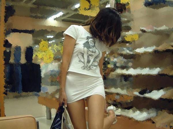 ミニスカを履いた綺麗な女性のエロ画像07