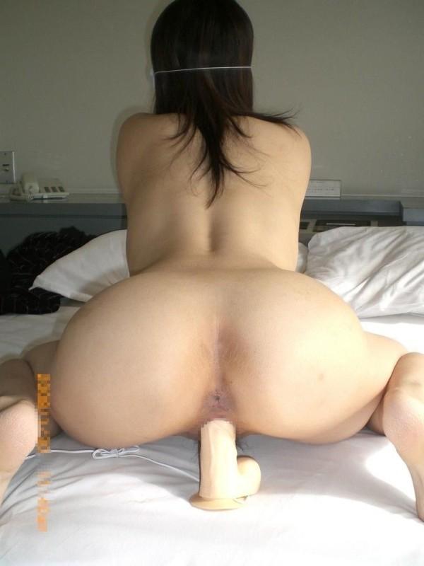 乳首を摘んでるオナニーエロ画像07