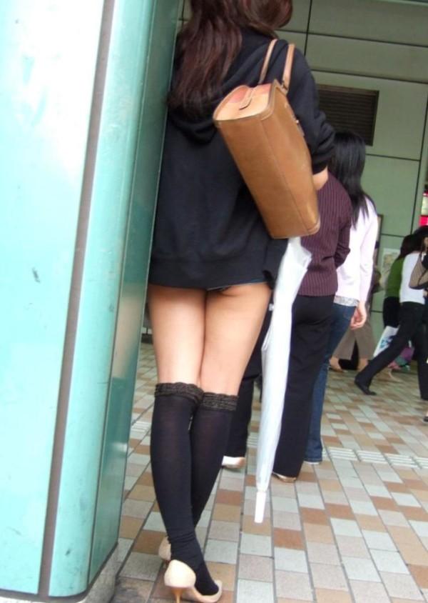 ミニスカを履いた綺麗な女性のエロ画像03