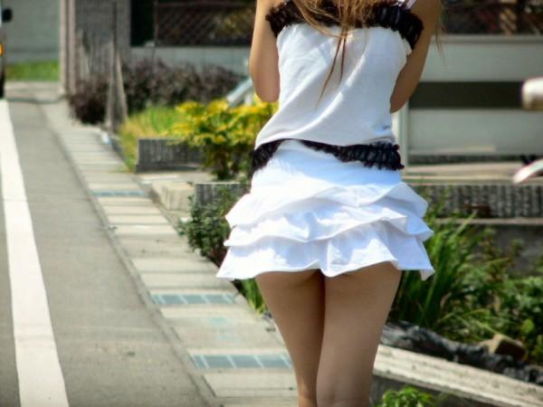 ミニスカを履いた綺麗な女性のエロ画像08