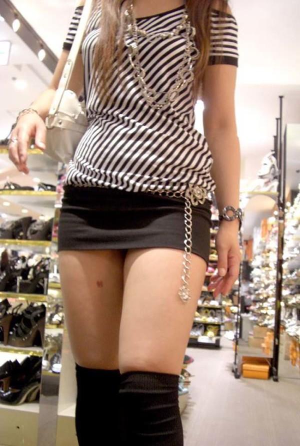 ミニスカを履いた綺麗な女性のエロ画像06