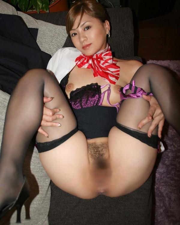 全裸の美女がM字しているエロ画像06