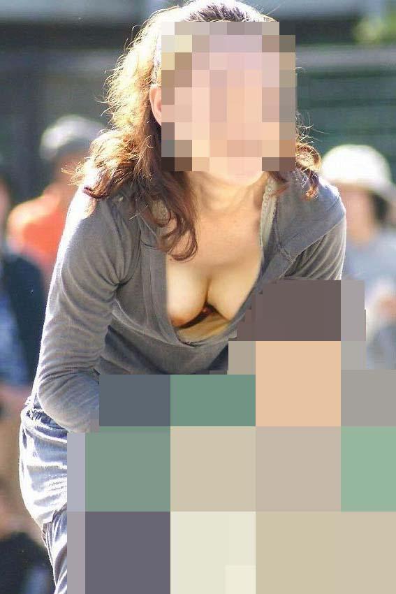 無防備な素人女性の胸チラエロ画像09