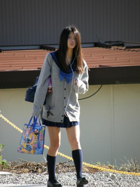 パンツが気になるJK街撮りエロ画像07