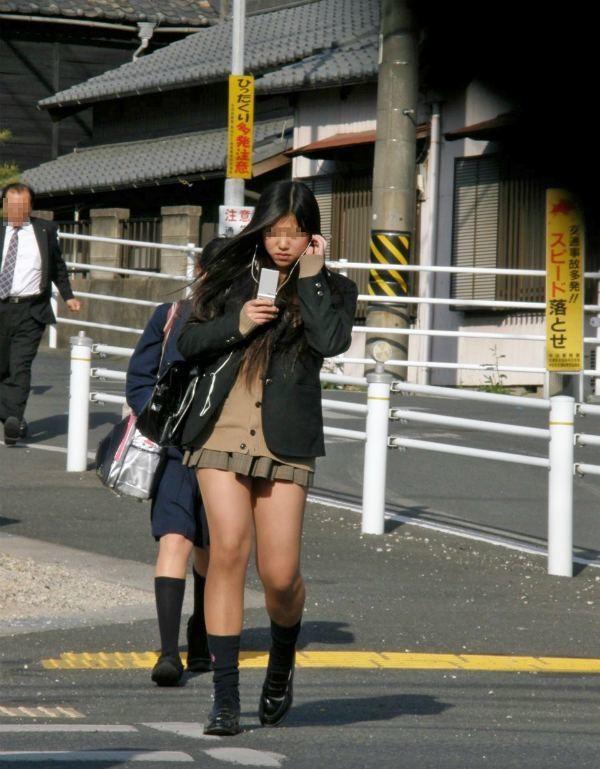 パンツが気になるJK街撮りエロ画像04
