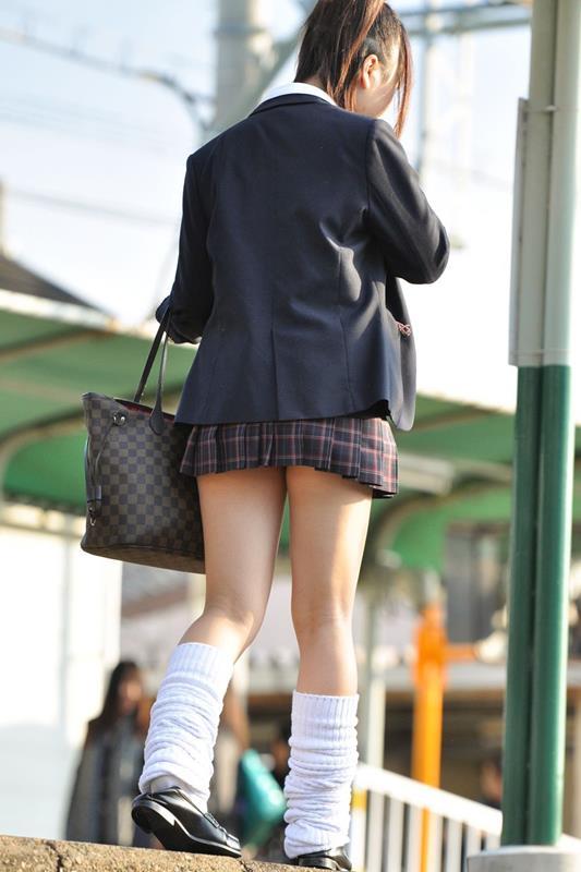 女子校生たちの美脚が堪らない街撮りエロ画像04
