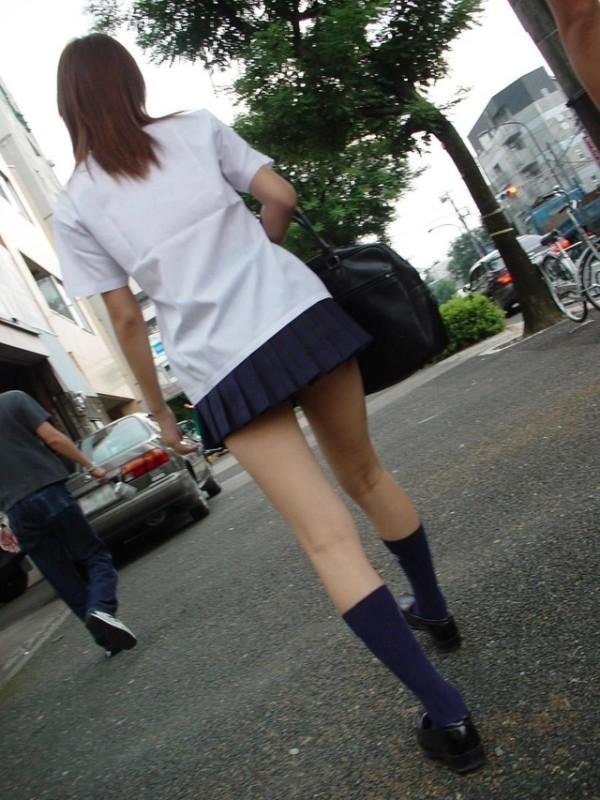 パンツが気になるJK街撮りエロ画像02