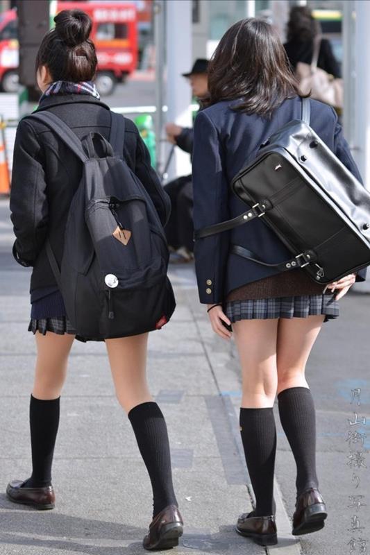 女子校生たちの美脚が堪らない街撮りエロ画像14