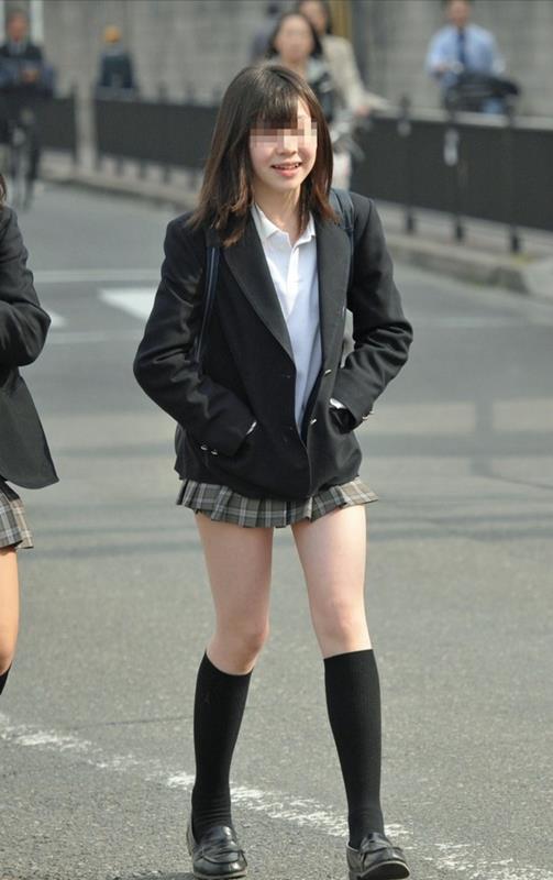 女子校生たちの美脚が堪らない街撮りエロ画像12