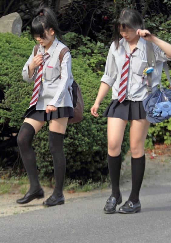 女子校生たちの美脚が堪らない街撮りエロ画像13