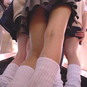 【エロ画像】(JKパンチラえろ画像)今時女子校生もろパンチラしてえろすぎる☆見えそうで見えないのもえろいwwwwwwwww
