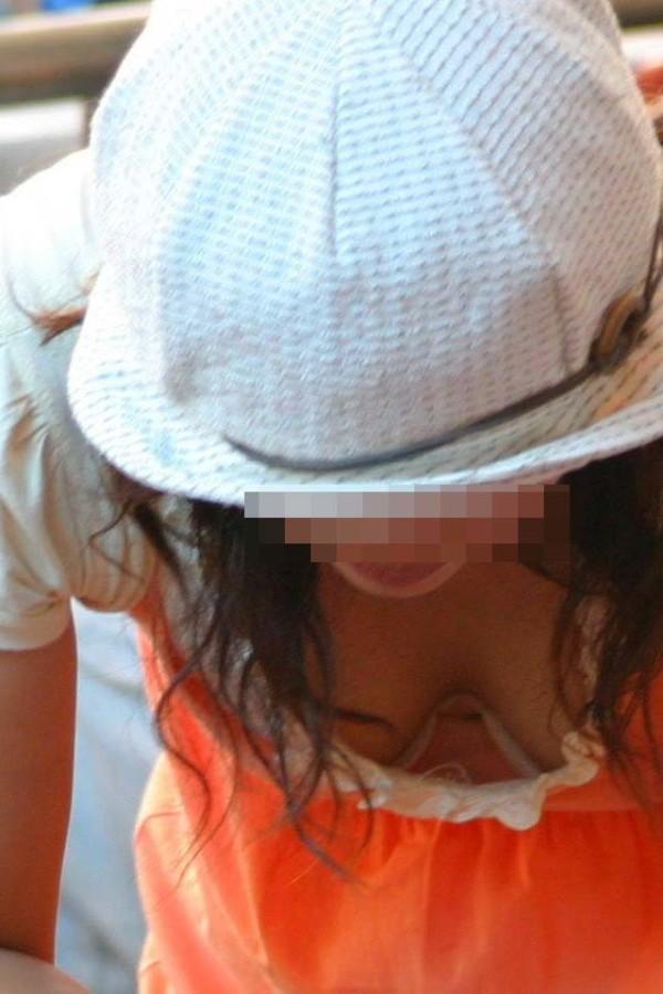 無防備な素人女性の胸チラエロ画像03