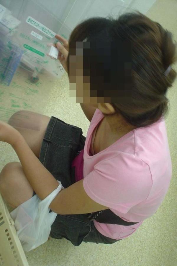 無防備な素人女性の胸チラエロ画像08