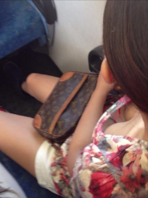 綺麗なお姉さんの胸チラ盗撮エロ画像09