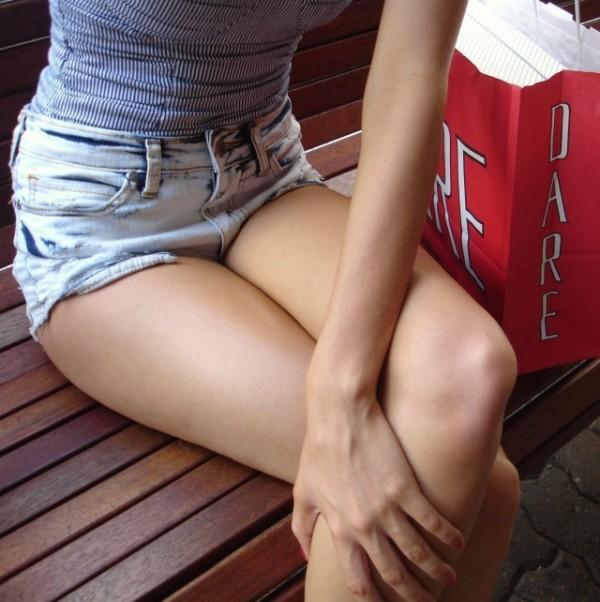 綺麗な生脚が堪らん街撮りエロ画像18