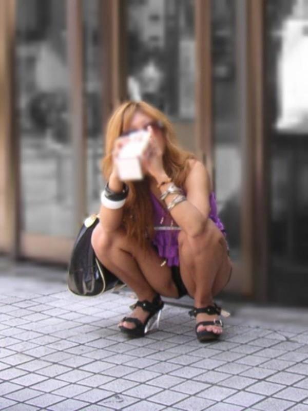 美人の女性たちのパンチラ街撮りエロ画像05