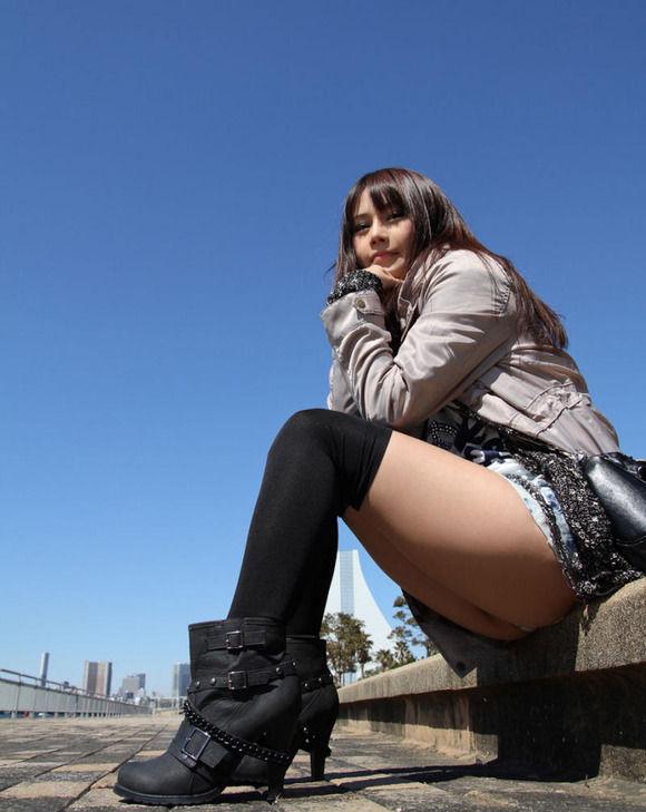 綺麗な生脚が堪らん街撮りエロ画像01