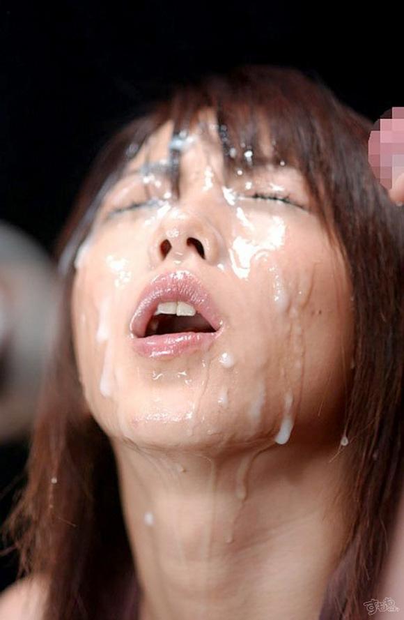 体や綺麗な顔に精子ぶっかけられてるエロ画像15